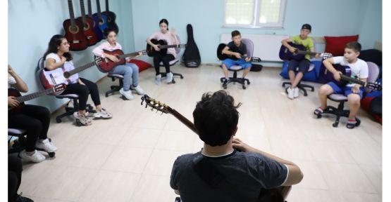 200 öğrenci burada gitar öğreniyor