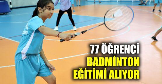 77 öğrenci Badminton eğitimi alıyor