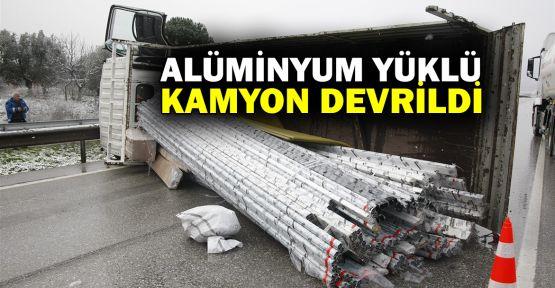 Alüminyum yüklü kamyon devrildi