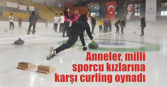 Anneler, milli sporcu kızlarına karşı curling oynadı