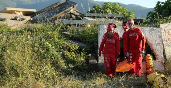 Arama kurtarma gönüllüsü çift enkazlara birlikte müdahale ediyor