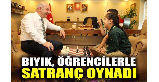 Bıyık, öğrencilerle satranç oynadı