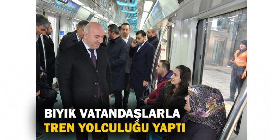 Bıyık vatandaşlarla tren yolculuğu yaptı