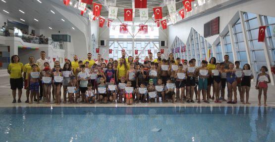 Çayırova'da yüzmeyi öğrendiler, sertifikalarını aldılar