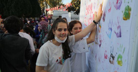 Çocuklar lösemi hastalığına ellerini boyayarak dikkati çekti