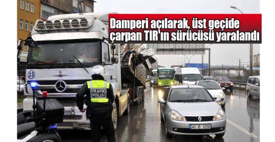 Damperi açılarak, üst geçide çarpan TIR'ın sürücüsü yaralandı