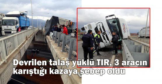 Devrilen talaş yüklü TIR, 3 aracın karıştığı kazaya sebep oldu