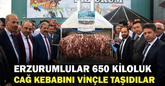 Erzurumlular 650 kiloluk cağ kebabını vinçle taşıdılar