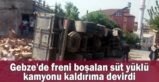 Gebze'de freni boşalan süt yüklü kamyonu kaldırıma devirdi