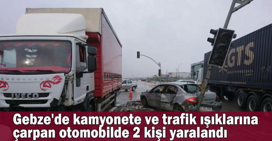 Gebze'de kamyonete ve trafik ışıklarına çarpan otomobilde 2 kişi yaralandı