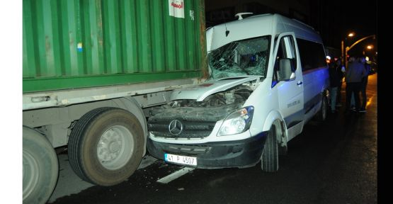 Gebze'de servis minibüsü park halindeki tıra çarptı: 4 yaralı