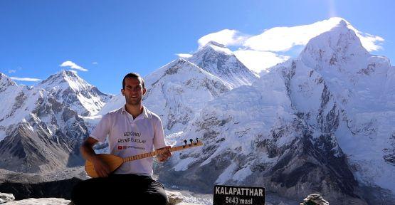 Genç Türk gezgin, Everest'te saz çaldı
