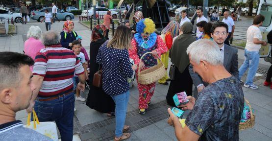 Gölcük Belediyesi 3 ton elma dağıttı