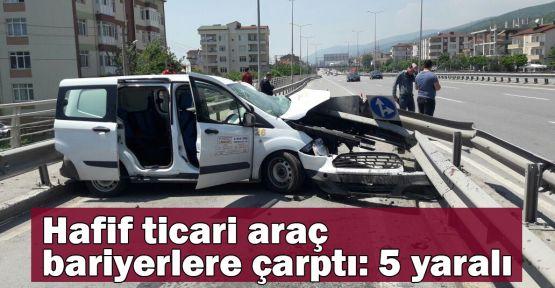 Hafif ticari araç bariyerlere çarptı: 5 yaralı