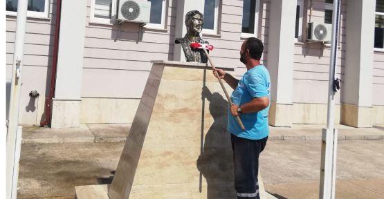 İzmit Belediyesi okullardaki Atatürk büstlerini yıkadı