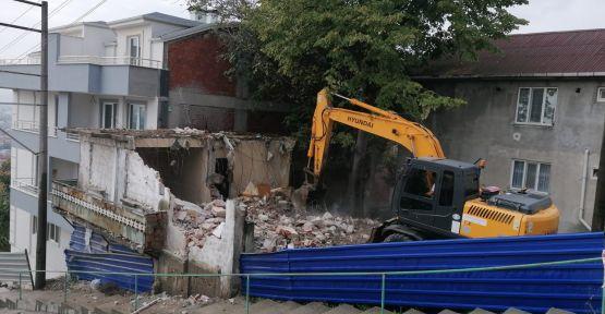 Metruk binalar yıkılmaya devam ediyor