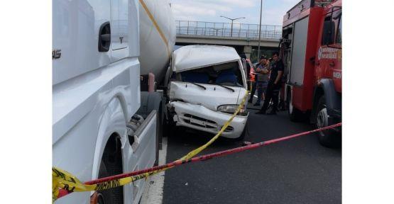 Minibüs ile tır çarpıştı: 1 ölü, 1 yaralı