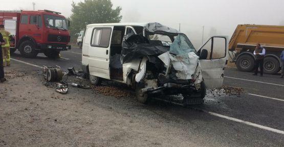 Minibüs ile tır çarpıştı: 2 ölü, 1 yaralı