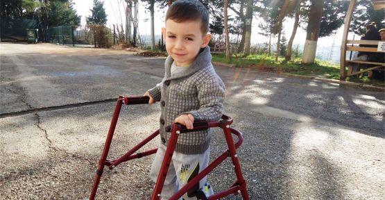 Minik Ayhan, tedavi için İzmit'e geldi