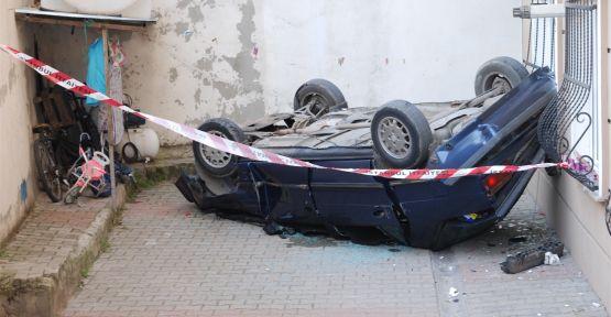 Otomobil 4 katlı binanın önüne düştü