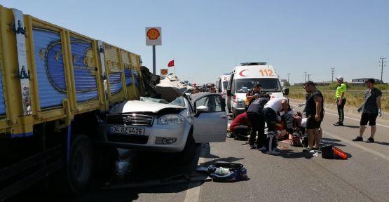 Otomobil ışıkta bekleyen kamyonun altına girdi: 4 yaralı