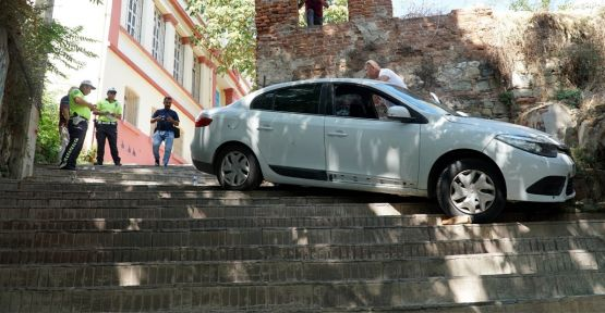 Otomobil sürücüsü merdivenleri yol sandı