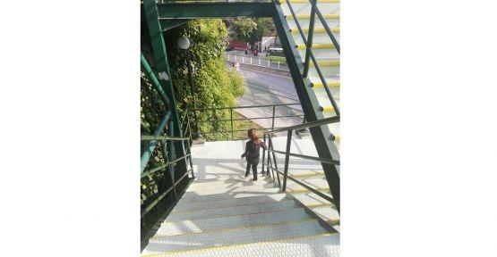 Şehir genelinde merdivenler bakımdan geçiyor
