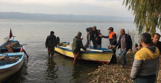 Teknesiyle açıldığı gölde kaybolan kişiyi balıkçılar buldu