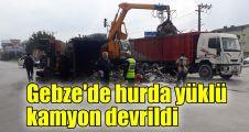 Gebze'de hurda yüklü kamyon devrildi