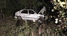 Kocaeli'de otomobil ağaçlık alana devrildi: 3 yaralı