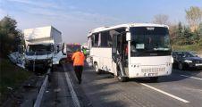 Kocaeli'de kamyonla midibüs çarpıştı: 5 yaralı