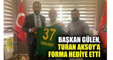 Başkan Gülen, Turan Aksoy'a forma hediye etti