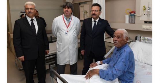 Vali Aksoy, Kore gazisini hastanede ziyaret etti