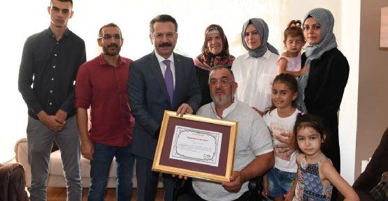 Vali Aksoy'dan evini devlete bağışlayan gaziye teşekkür belgesi