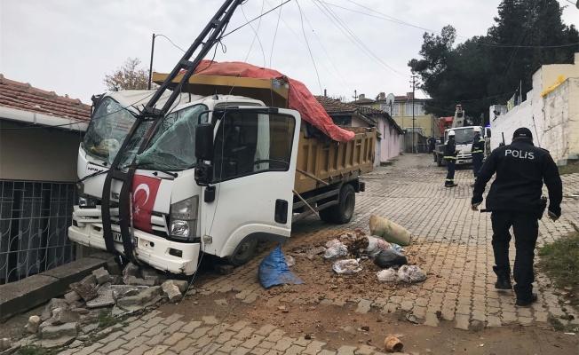 Freni boşalan kamyon evin çatısına çarptı