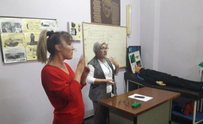 Bandırma'da ehliyet almak isteyen işitme engellilere işaret dili tercümesiyle eğitim veriliyor