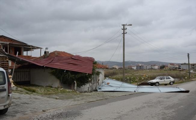 Biga'da fırtına nedeniyle adliye sarayının çatısı uçtu