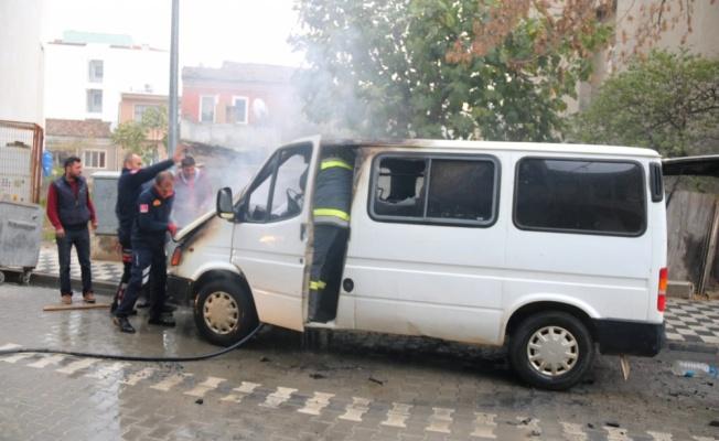 Ezine'de park halindeki minibüste çıkan yangın söndürüldü