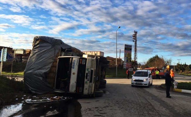 Gelibolu'da saman balyası yüklü kamyon devrildi: 2 yaralı