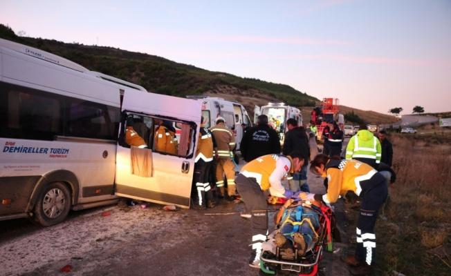 İşçileri taşıyan minibüs ile vinç çarpıştı: 15 yaralı