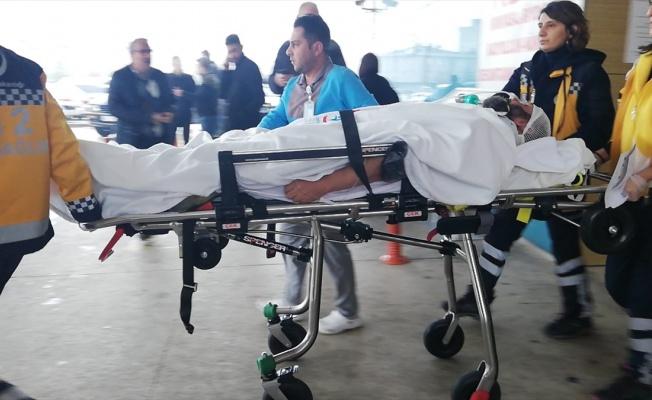 Kestiği odun parçası başına isabet eden kişi yaralandı