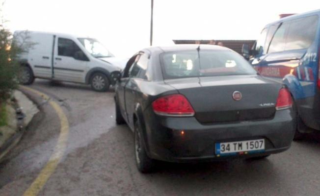 Kocaeli'de hafif ticari araç ile otomobil çarpıştı: 3 yaralı