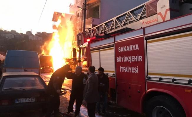Sakarya'da kamyonda çıkan yangın söndürülmeye çalışılıyor