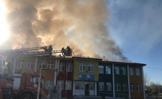 Okulda çıkan yangın söndürülmeye çalışılıyor