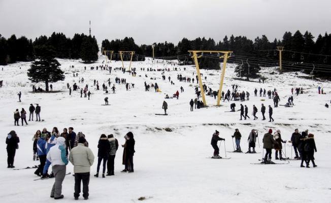 Uludağ'da tatilciler kayak sezonunu açtı