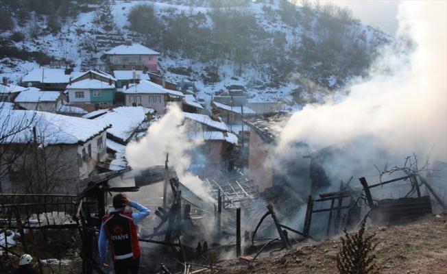 Bilecik'te iki katlı ev yandı