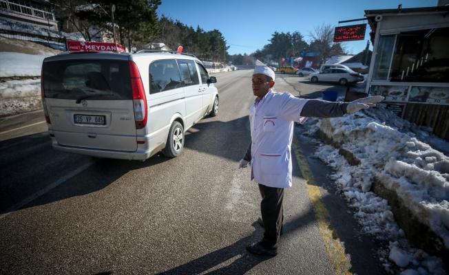 Ekmeğini yol kenarında davetçilik yaparak kazanıyor