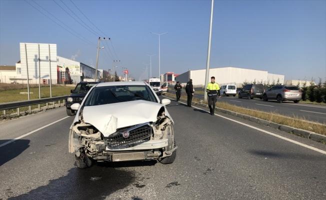 Ehliyetsiz sürücü aydınlatma direğine çarptı