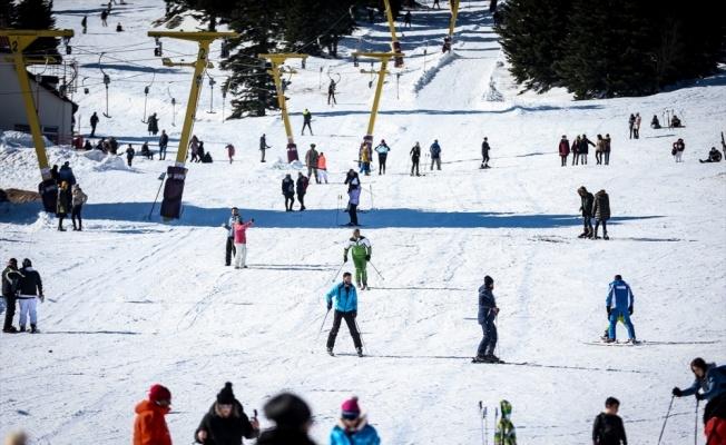 Uludağ'da ziyaretçiler güneşli havada karın tadını çıkardı