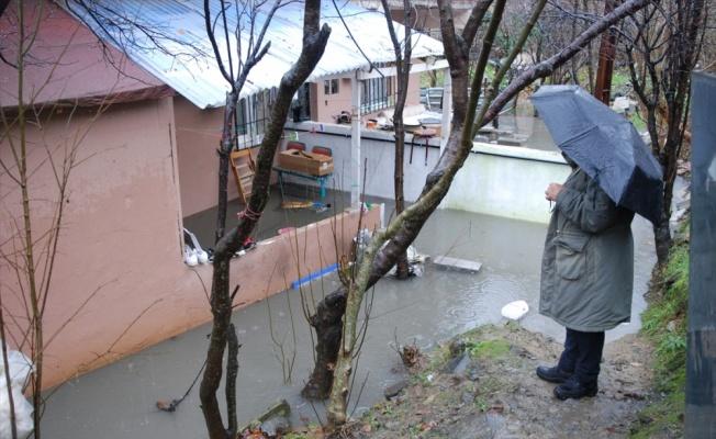 Ümraniye'de bir gecekonduyu su bastı